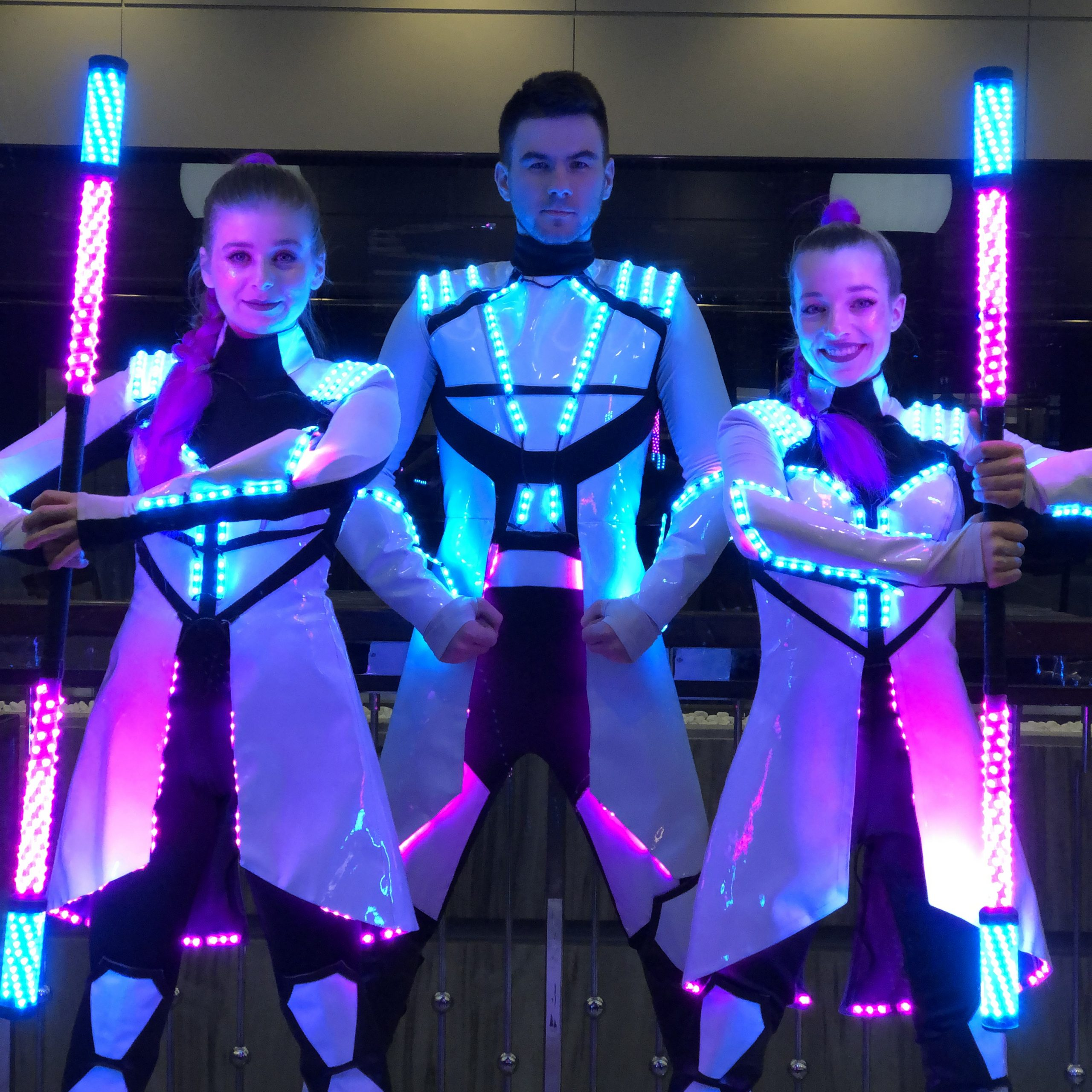 Lumination_bílé_futuristické kostýmy